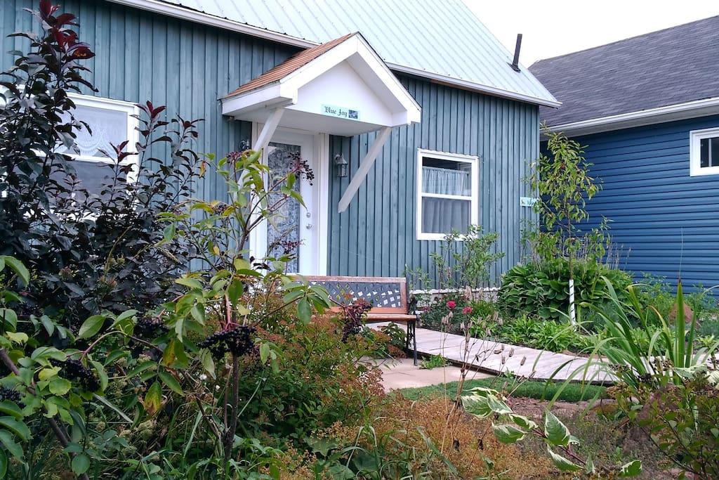 View of garden and entrance/ Vue du jardin et d'entrée
