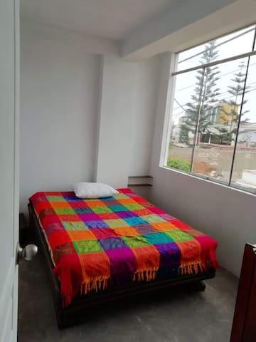 Dormitorio # 1, muy iluminado y ventilado. Provisto de una cómoda cama de dos plazas, ropero. colgadores de ropa y veladores.