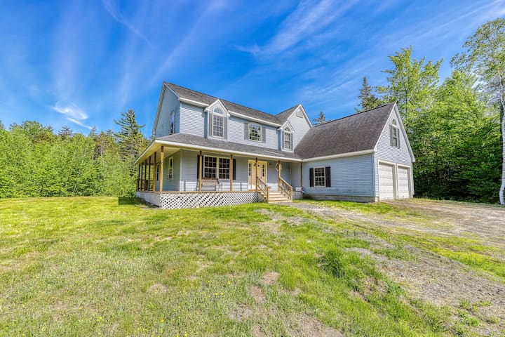Dog-friendly country home w/ jetted tub, backyard & grill!