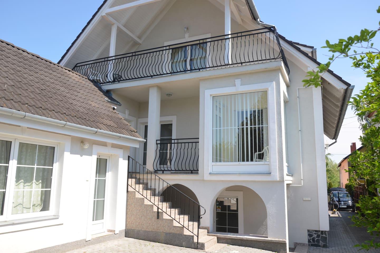 Вилла Ladver вид со двора, 11 ступенек ведут ко входу в апартамент