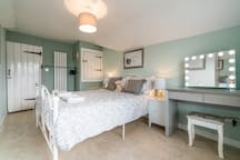 Large bedroom king size bed. Clean and fresh with quality linen. Towels supplied. Dressing table, hair dryer and straighteners