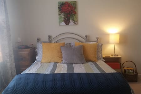 Cheerful Bedroom and En Suite Bath - Milledgeville