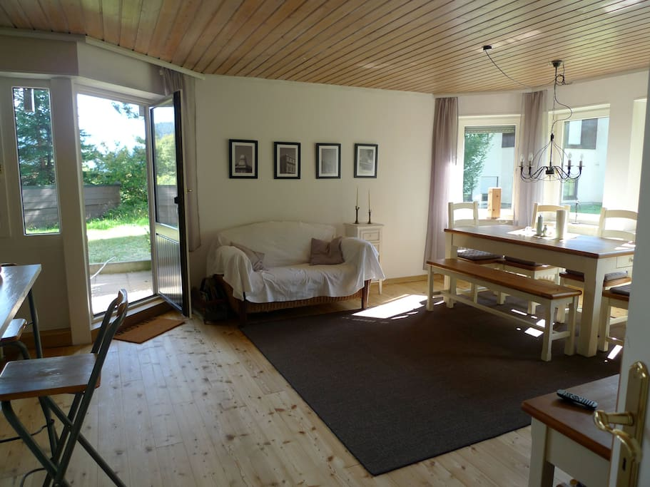 Wohn- und Esszimmer mit Zugang zur Küche und Terrasse
