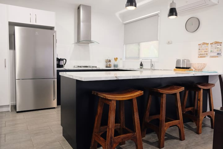 Brand new/gourmet kitchen/washer/close to city