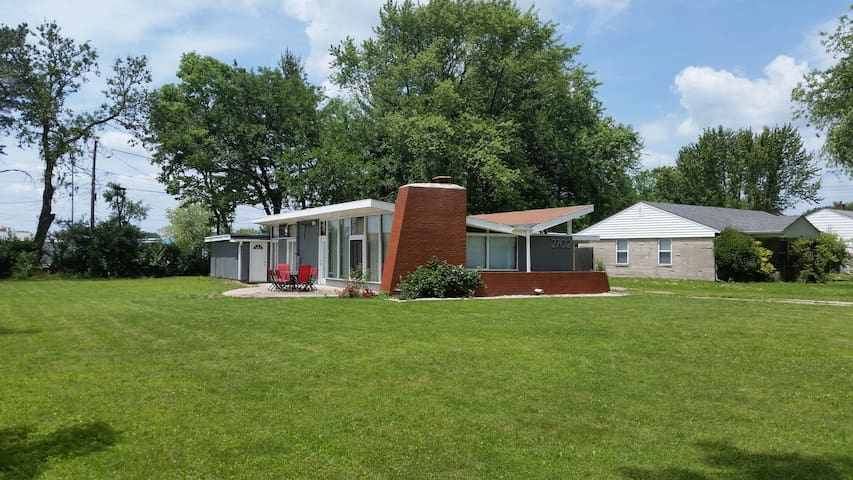 Mid-Century Modern Close to Downtown - Indianapolis