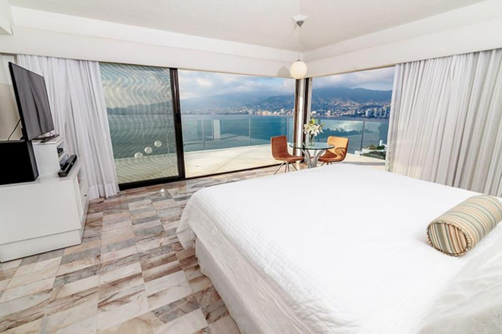 Recámara principal: walk-in closet, oficina, baño con vista, TV, Sky y Netflix, aire acondicionado y ventilador teléfono con conmutador a toda la casa,  balcón con vista panorámica a la bahía.