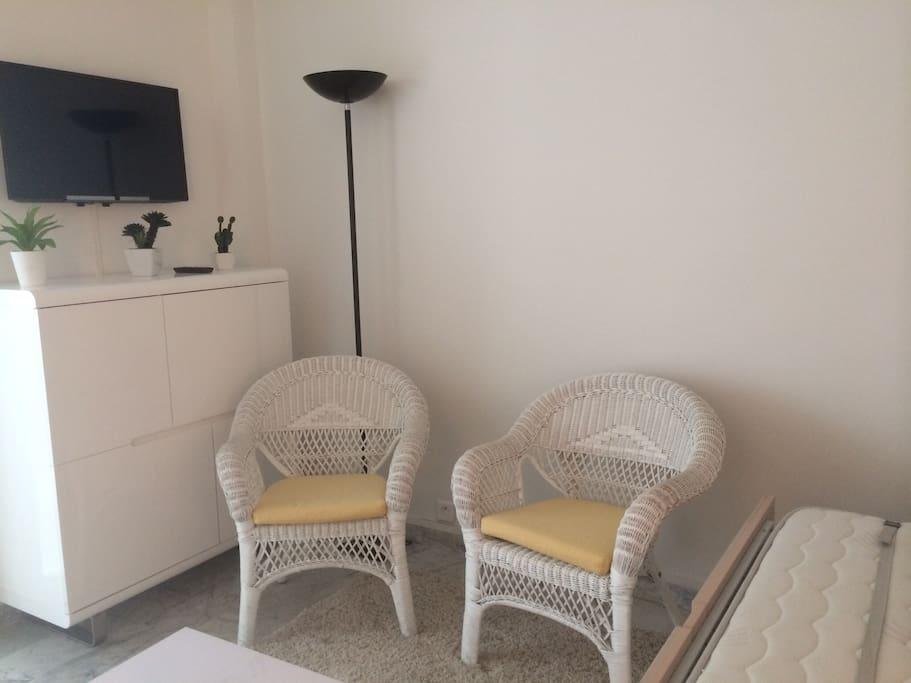 studio 28 m2 dans la verdure avec climatisation apartments for rent in cannes provence alpes. Black Bedroom Furniture Sets. Home Design Ideas