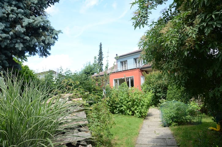 lovely bnb  in quiet suburb near Bern, in Köniz 1 - Köniz - Bed & Breakfast