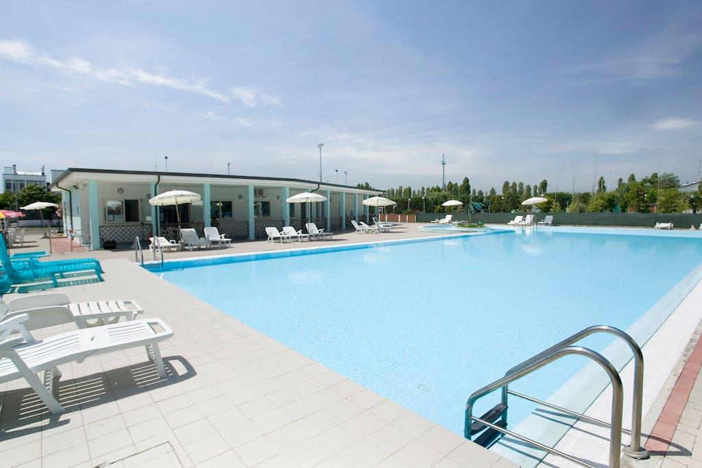 Sul mare spiaggia privata inclusa piscina bungalow in - Bagno caesar lido adriano ...