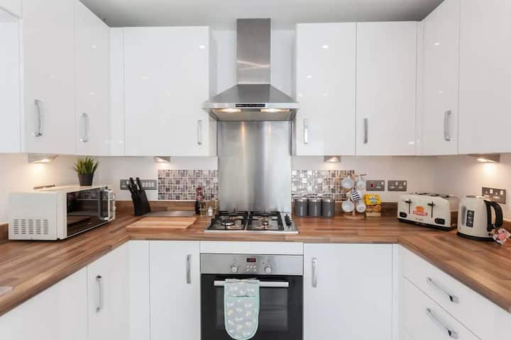 Modern 3 Bedroom House Close To Etihad&City Centre