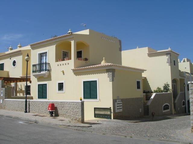 Vista da rua: rés do chão - lado direito entrada para logradouros e casa, 3 janelas dos 2 quartos e uma janela da casa de banho 1.º andar - janela e terraço dum quarto