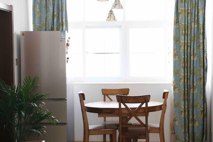 玉溪美式风格小屋,全实木家具搭配羽绒大沙发,还有慕斯床垫大床,这是一间舒适且温馨的房子。