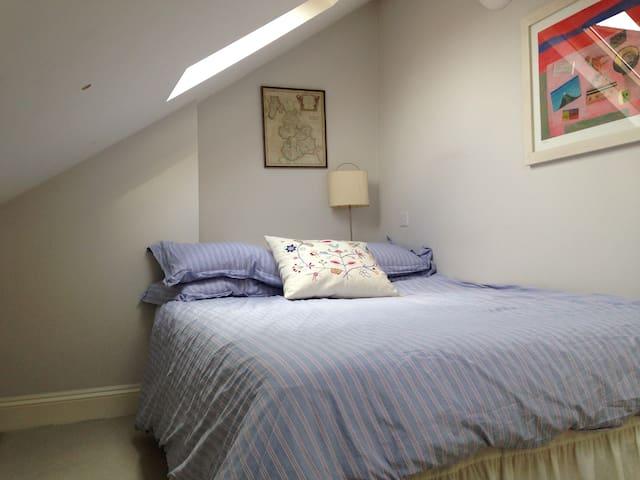 Sunny loft room/Balham transport links - Londres - Casa