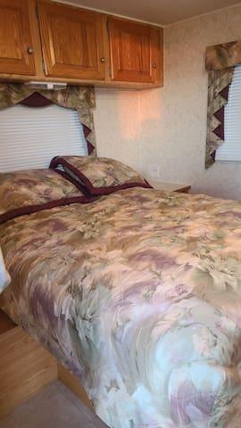 Chambre fermé avec lit double place de rangement et porte de sortie privé.
