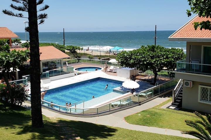 BETO CARRERO Cond fechado c/ piscina frente p/ mar