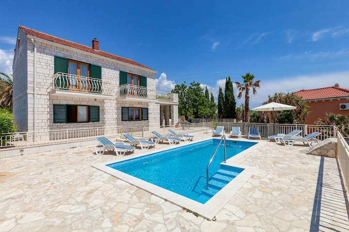 Child-friendly villa with private swimming pool and sea view in Sumartin, Brac island