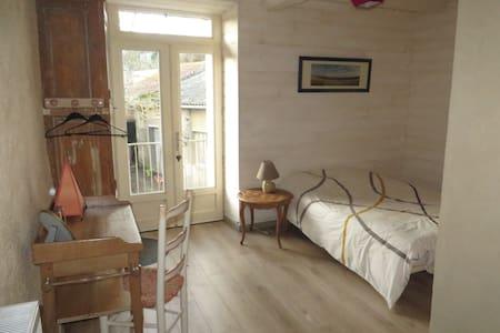 Chambre 14 m² indépendante ds maison pleine de vie - Chemillé-Melay - Talo