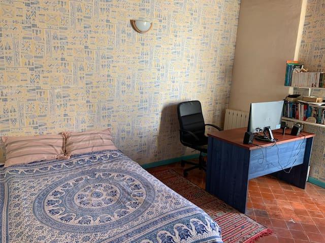 Chambre avec espace de travail