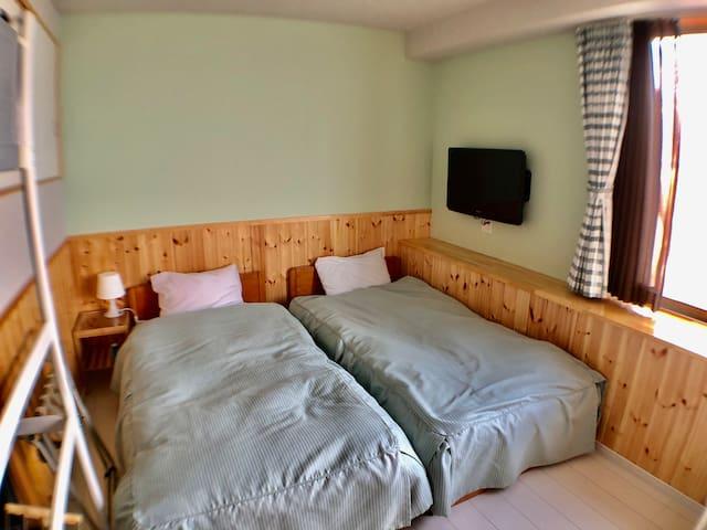 お部屋からは白浜海岸が一望。お部屋には2ベッド+ソファーベッド+ロフトベットで4名までご利用可能です。お部屋には32インチTV、冷蔵庫、冷暖房が完備。共有スペースには電子レンジ、電気ポットなどが完備されています。2020年8月、リフレッシュオープン!