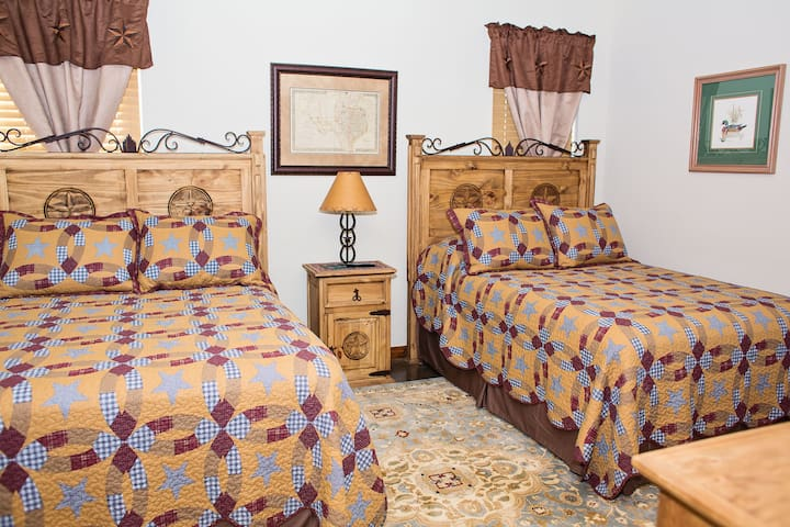 """The Buckeye Room"" at Durham's Roost B&B - Canton - Bed & Breakfast"
