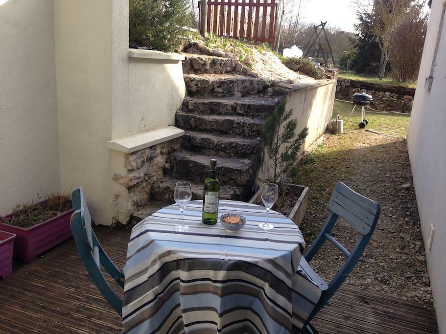 terrasse du gîte et accès au jardin