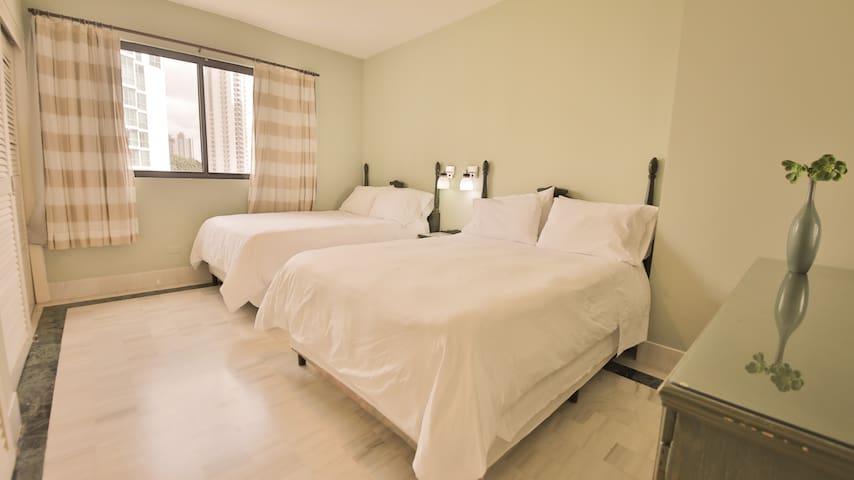 Comoda habitación con excelentes camas con sabanas de 300 hilos de algodón 100% egipcio