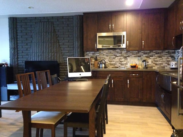 Modern two bedroom, Clean house 20min to downtown - Burnaby - Haus