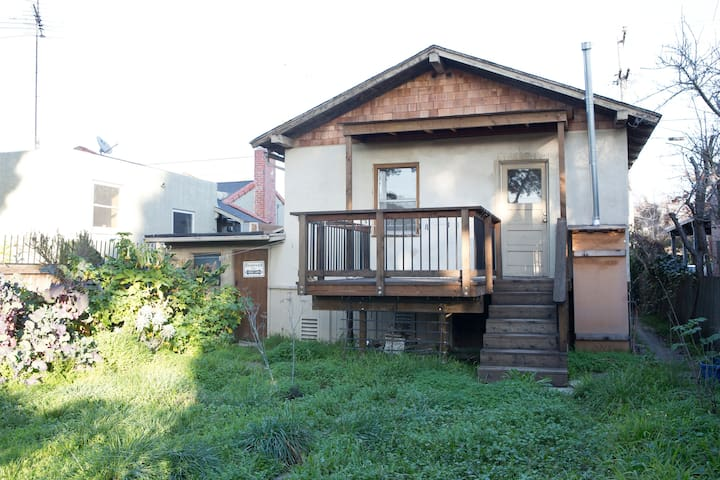 Relax in lovely house with deck - Albany - House