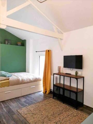 Studio ouvert sur le coin chambre. Grand lit 160x200cm Linge de lit fourni