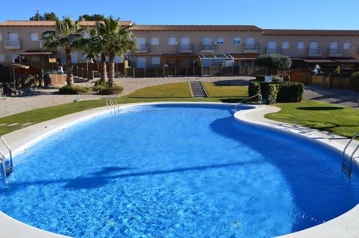 Casa en Torredembarra con jardín y piscina. - El Castell de Montornès - บ้าน