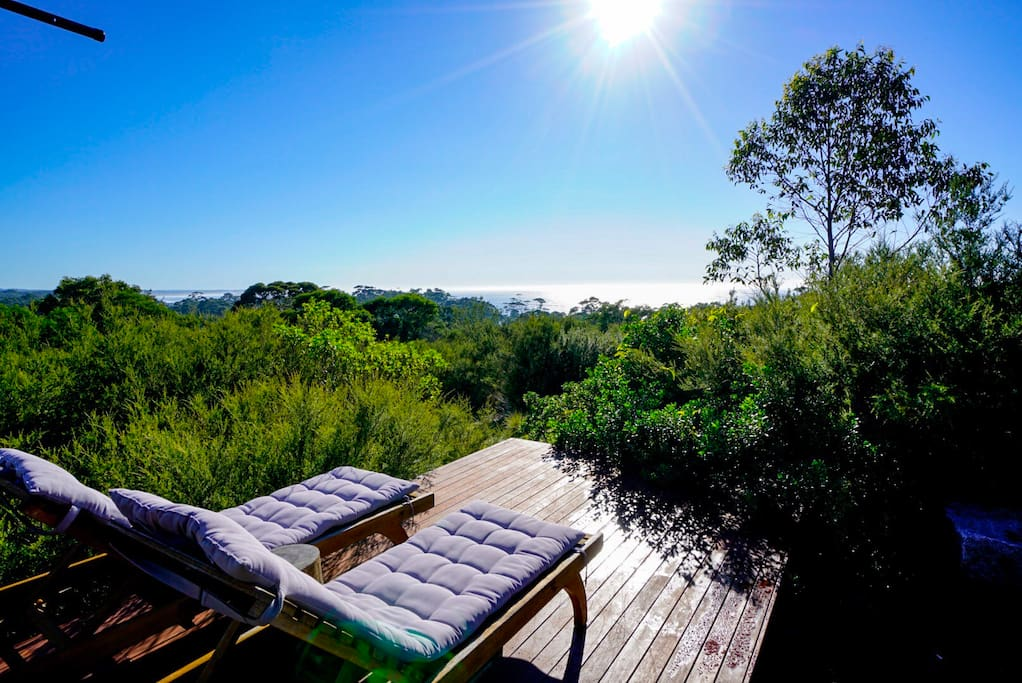 Chill from these sun lounges on the adjoining deck, rest your glass of wine on the natural tree stump and savour the ocean and bush views,...