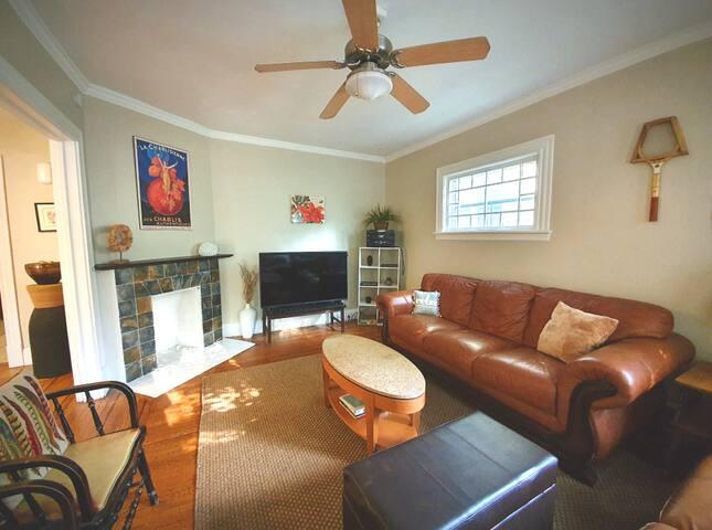 AUTUMN DISCOUNT! Large, simple, & comfy apartment!
