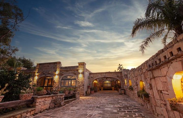 The Majestic Villa, Sleeps 9 with Hot Tub DREAM!