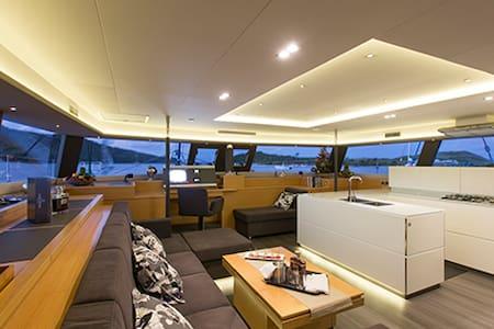 67 Foot Top Class Sailing Catamaran - BVI - Hajó