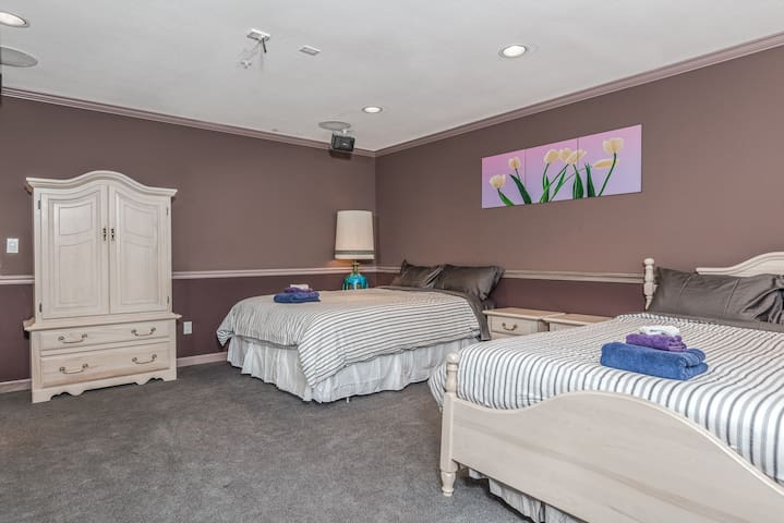 Private Room w/ 2 Queen Beds - Clove Room