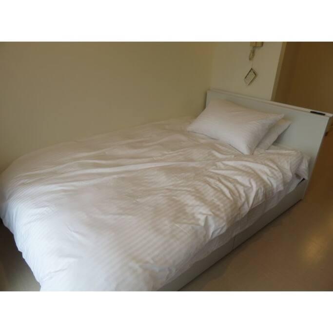 ベッドは寝心地抜群のセミダブルサイズ。