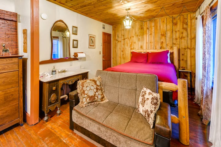 Morrison Cottage with Hot Tub (Hogback Hideaway)