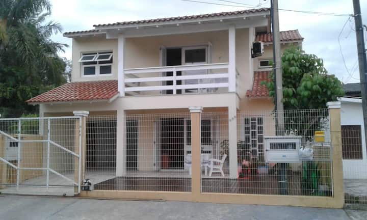 CASA COM PISCINA AQUECIDA  A 600MTS DO MAR -TORRES