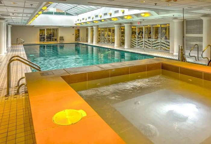 Hot tub, Steam Room & indoor pool near White House
