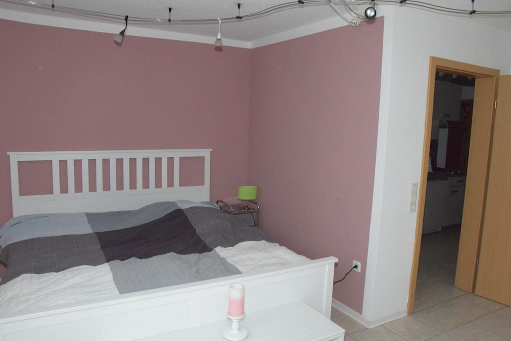 Raum/room 1 - Bett und Eingang / bed and entrance