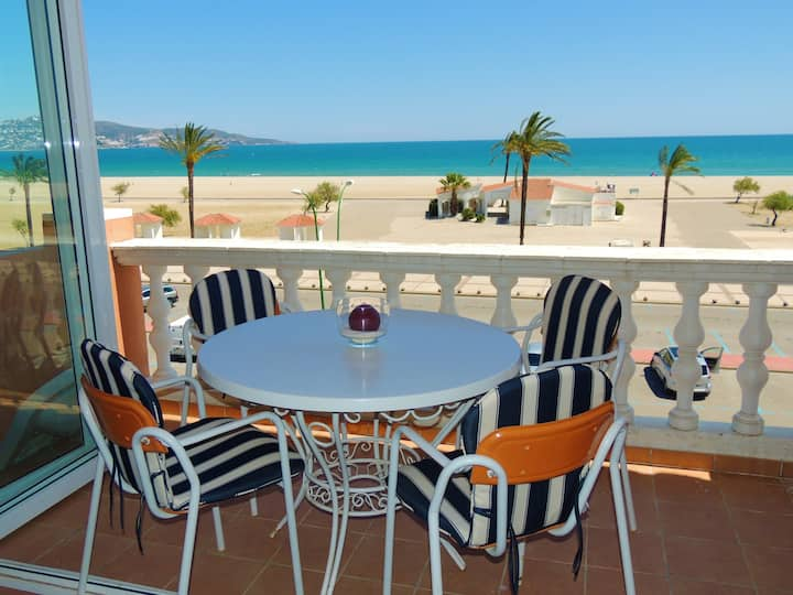 Two bedroom apartment with terrace on the seafront