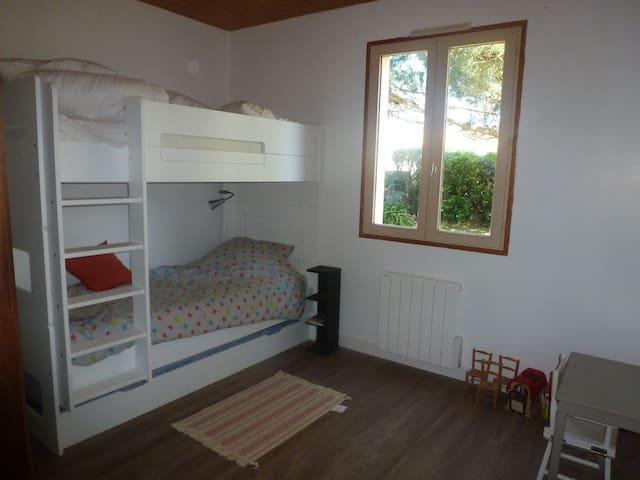chambre 3 - lits superposés + lit tirroir