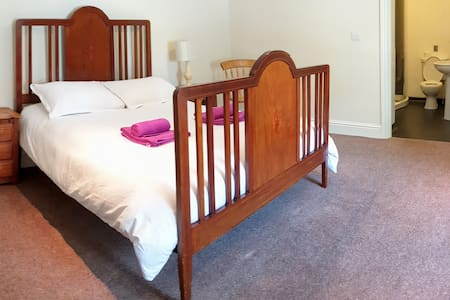 5. Very Large King Size Room with En Suite