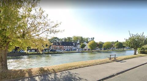 Au calme en bordure de rivière, proche Compiègne.