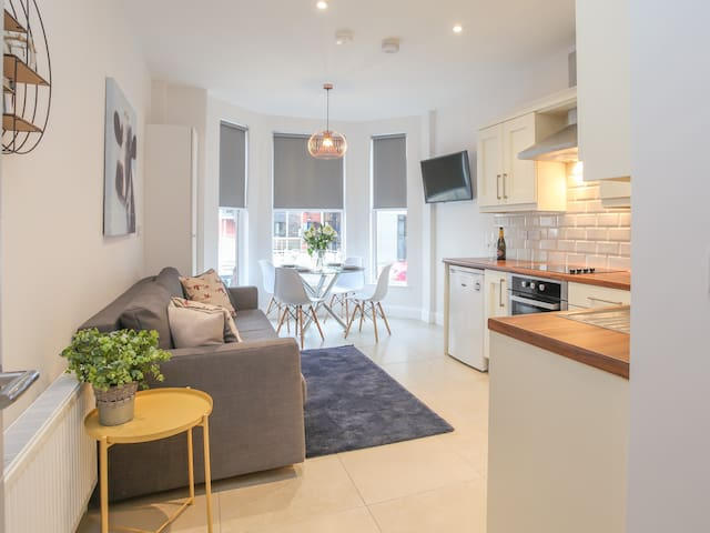 Belfast apartment for 6. Popular with couples