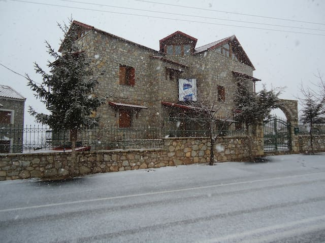 Fully equipped rooms to let 2-4ppl - Kalivia Arachovas - Bed & Breakfast