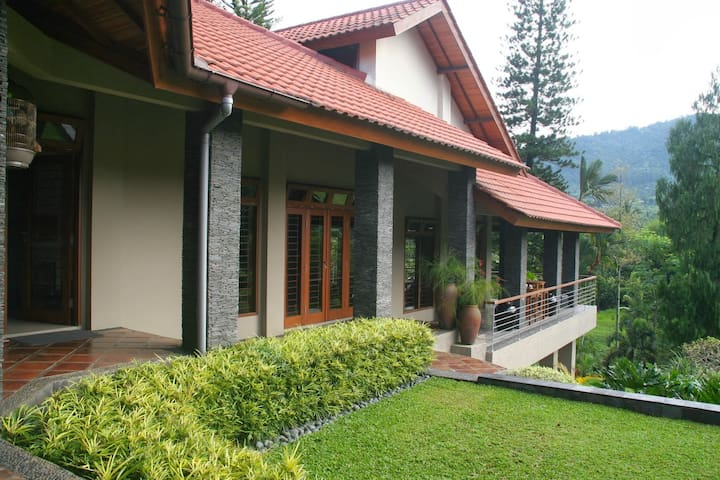 Villa Dewi Sri Cisarua Puncak