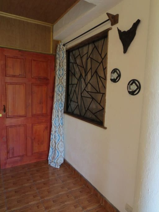Fenster ist bei geöffneter Wand zu, sonst offen mit Gitter und Netz davor. Vorhang zum zuziehen