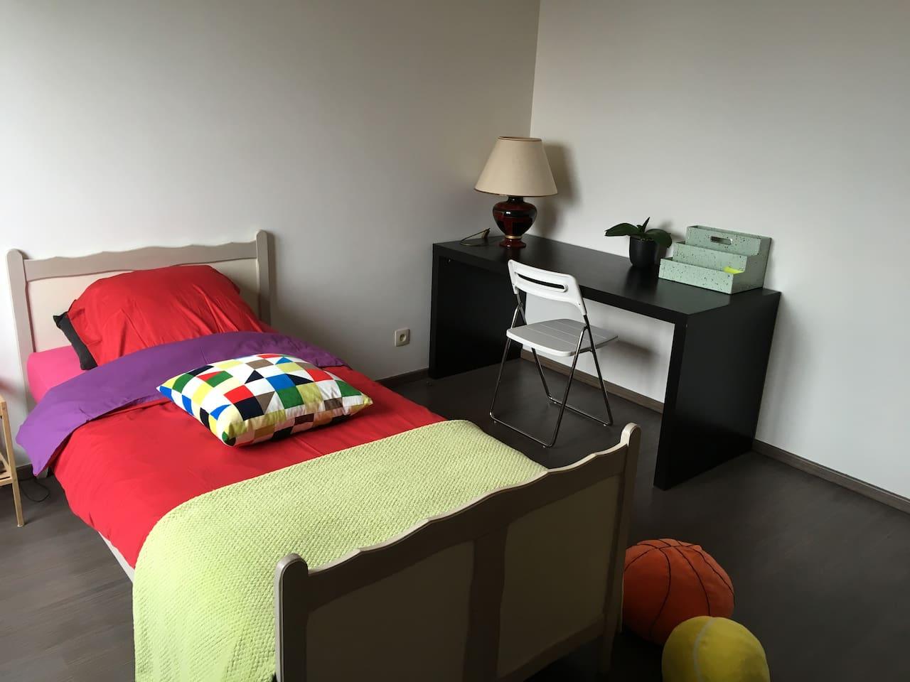 Grande chambre avec meubles de rangement, bureau, pèse-personne, wifi,