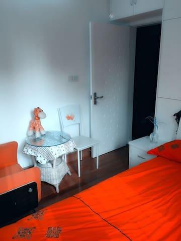 阳光温馨房:朝南的房间,自带光源和热量;大床的设计,舒适又可亲⋯ - 上海
